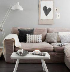 Não é porque seu sofá é bege que suas almofadas também precisam ser. Se você não tem muita intimidade com as cores ou decoração, a dica é usar tons semelhantes (bege, marfim, marrom, dourado..) cas…