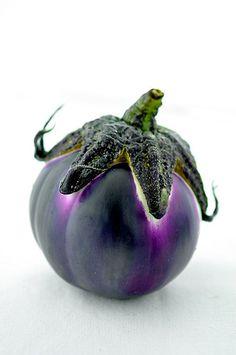 "Aubergine ""Piccola Tunisina"" Fruit And Veg, Fruits And Vegetables, Photo Fruit, Cape Gooseberry, Purple Food, Purple Kitchen, Edible Food, Delicious Fruit, I Love Food"