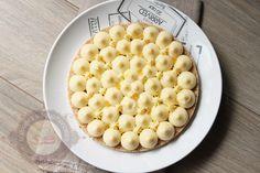 Voilà une recette de Christophe Michalak (pour changer :P) : une tarte au citron sur un biscuit coco reconstitué (une recette diffusée dans l'émission «le gâteau de mes rêves» sur Téva). Une tarte aussi simple que rapide à réaliser (il faut juste laisser le crémeux citron au frigo un certain temps). Ce qui est amusant, … … Lire la suite →