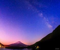 Twitter / KAGAYA_11949: 今朝、星々が空にとけていくころ。ラベンダー色に染まり始めた富士山と天の川。