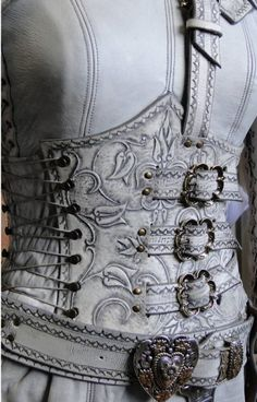 White Denna armour from the Legend of the Seeker TV series. Costume Steampunk, Steampunk Fashion, Sith, Costume Blanc, Costume Armour, Leather Armor, Fantasy Costumes, Cosplay, Leather Working