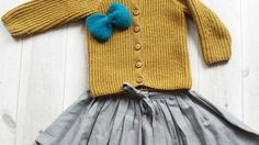 VINTAGE BOW by Ministrikk.no: Storebrors strikkejakke blir lillesøster sin på 1-2-3. Gode tips til hvordan de lages finnes i oppskriften.