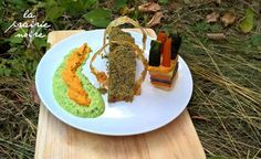 Sojaschnitzel mit Kräuterkruste und Sesamringen, buntem Kartoffeltürmchen mit Zucchini- und Karottenspitzen und Brei zweierlei, in dem vorliegenden Fall Erbse-Minze und Kürbis-Paprika-Chili.