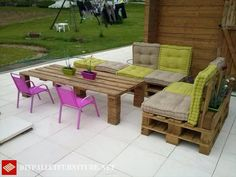 Lovely Hier finden Sie eine perfekt m blierte Terrasse mit Sofas aus Paletten und sogar einem erh hten Tisch