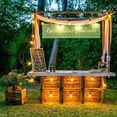 Bar with crates Stall Decorations, Havana Nights Party, Lemonade Bar, Palette Deco, Food Stands, Market Stalls, Beach Bars, Cafe Design, Booth Design