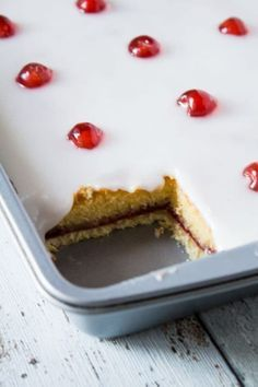 Bakewell Tart Tray Bake Iced Bakewell Tart Tray Bake complete with a cherry on top. Perfect for afternoon tea.Iced Bakewell Tart Tray Bake complete with a cherry on top. Perfect for afternoon tea. Tray Bake Recipes, Tart Recipes, Sweet Recipes, Baking Recipes, Dessert Recipes, Easter Recipes, Cherry Bakewell Tart, Bakewell Traybake, Pie Cake
