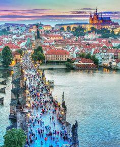Praga. A Ponte Carlos (Charles Bridge) uns dos cartões postais mais famosos é a primeira conexão entre a Cidade Velha (Staré Město) e a Cidade Baixa (Malá Strana) inaugurada em 1402. Hoje a ponte é acessível apenas para pedestres o que a transformou num dos lugares mais concorridos de Praga ainda mais com suas duas torres e 30 estátuas barrocas expostas ao longo de seus 516 metros de extensão. Ao fundo o castelo que também leva o nome da cidade, capital da República Checa.