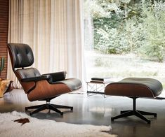Until January 2019 the Lounge Chair is available in a limited edition - the Lounge Chair Mahogany. Buy an Eames Lounge Chair with… Small Recliner Chairs, Eames Style Lounge Chair, Eames Chairs, Chair And Ottoman, Ikea Chairs, Chair Cushions, Chaise Panton, Swivel Chair, White Dining Chairs