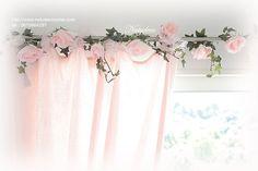 guirlande de fleurs en tissu lumineuse repeint en rose poudre qui s'accorde bien avec la boule de fleurs par Natydeco en vente sur http://www.natydecocorse.com