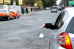 Artigo 172 do CTB - Atirar lixo do carro nas ruas é infração de trânsito grave e gera multa +http://brml.co/1XzM0Lj