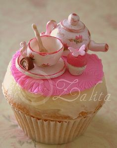 vintage tea set with cupcake - what a lot of work but it looks beautiful