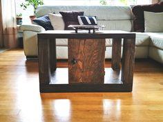 Ein echtes Multitalent, der kleine und praktische Holztisch aus Multiplex mit versteckten Rollen!