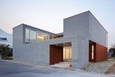 판교에서 만난 낮과 밤이 다른 집 - 경기도 판교에 있는 하늘집과 노란돌집은 프라이버시를 지키면서도 세상과 소통할 수 있는 중정형 주택이다. 마당은 카페로, 반상회장으로 혹은 별을 보는 장소로 활용된다. Arch Building, Building Design, Building A House, Dream Home Design, Modern House Design, Small Modern Home, Minimal Home, Small Buildings, Detached House
