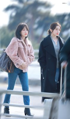 Wenrene red velvet they look like a rich couple Wendy Red Velvet, Red Velvet Irene, Red Velet, Velvet Shorts, Airport Style, Airport Fashion, Velvet Fashion, Girls World, Seulgi