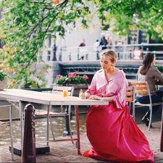 Looks Villanelle Killing Eve usando saia rosa volumosa e camisa rosa amarrada na cintura. Villanelle's costumes for Killing Eve. Pink gown skirt and pink shirt. Fashion Tv, Fashion Outfits, Phillip Lim, Look Cool, Cool Style, Iconic Dresses, Jodie Comer, Fall Wardrobe, Aesthetic Clothes