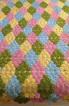 Colcha de Fuxico: Como Fazer Passo-a-Passo e 60 Fotos Incríveis Handmade Rugs, Handmade Crafts, Diy And Crafts, Yo Yo Quilt, Crochet Pig, Handmade Headbands, Afghan Crochet Patterns, Flower Crafts, Quilt Making