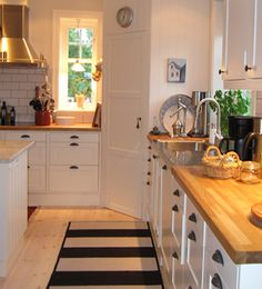 Windows on either side of the pantry (especially on the near side is over the sink). *M* >>>> Utan panelfront - Rönnerholms Inredning Ikea Kitchen Pantry, Kitchen Corner, New Kitchen, Kitchen Dining, Kitchen Decor, Kitchen Cabinets, Corner Pantry Cabinet, Cocinas Kitchen, Country Kitchen