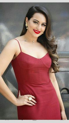 Find a variety of long hair styles for the specific look that you want. Bollywood Saree, Bollywood Fashion, Bollywood Outfits, Bollywood Actors, Beautiful Bollywood Actress, Beautiful Indian Actress, Beautiful Actresses, Sonakshi Sinha Saree, Kareena Kapoor