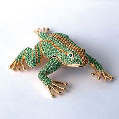 This Jumping Frog boasts maximum sparkle! This work of art has been lavished with hundreds of Swarovski Crystals! This handsome fellow has also been for a rich finish. Look at the attention to detail!