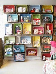 En hel væg fyldt med legetøj - og så ovenikøbet på den seje måde. Giv de gamle ølkasser noget maling, eller hold dem rustikke og originale. Begge dele er super!