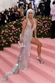 Jennifer Lopez - The Most Daring Dresses At The 2019 Met Gala - Livingly J Lo Fashion, Fashion Moda, Fashion Beauty, Fashion Outfits, Jennifer Lopez, Dior Haute Couture, Anna Wintour, Harry Winston, Katie Holmes
