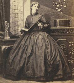 CDV: Victorian Beauty Holding Album, by CAMILLE SILVY London 1860s Photograph UK