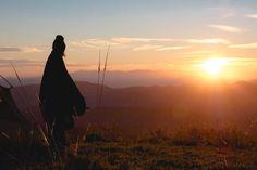 """Tilaisuus jatkui jo kolmatta tuntia. Introvertti juhlija tsemppasi ja seurusteli esimerkillisesti ensimmäisen tunnin, mutta sen jälkeen jostain alkoi mieleen hiipiä väsymys. Ja ärtyneisyys. Ja kärsimättömyys. ... Read more Artikkeli Voiko introvertti kärsiä """"krapulasta"""" ilman tippaakaan viinaa? on alun perin julkaistu sivustolla Evermind. Monet, Celestial, Mountains, Nature, Travel, Outdoor, Outdoors, Naturaleza, Viajes"""