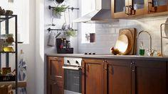 Die METOD Küche mit EDSERUM Front ist besonders für kleine Räume praktisch. white metro tiles but black grouting