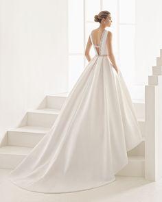 Vestido de noiva de chantilly, brilhantes e crepe georgette. Coleção 2017 Rosa Clará Two