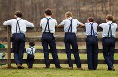 IlPost - Bergholz, Ohio, Stati Uniti - Un gruppo di ragazzi amish assiste a una partita di baseball fuori dalla scuola di Bergholz, in Ohio (Stati Uniti), il 9 aprile 2013. (AP Photo/Scott R. Galvin)