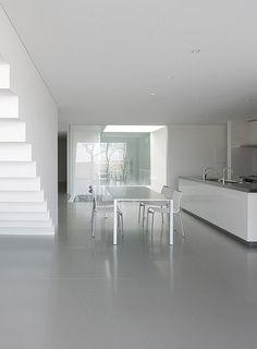 Proyectada por Takashi Yamaguchi & Associates, la casa se define por la relación que se establece entre su minimalismo y la exhuberante naturaleza que lo rodea
