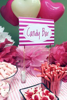 Detalle de una mesa de dulces decorada con todo en color rosa