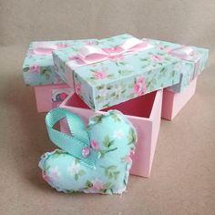 Caixa 7x7cm com tampa revestida em tecido à escolha do cliente. Base pintada. Dentro coração em sachê perfumado, criando um lindo composê. Acompanha tag de agradecimento. Produto 100% artesanal. Obrigada pela visita, Marias Criativas Decoupage Vintage, Custom Gift Boxes, Customized Gifts, Wood Crafts, Diy And Crafts, Diy Box, Covered Boxes, Shabby Chic Style, Baby Room Decor