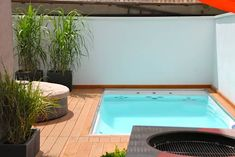 9 Piletas pequeñitas que podés instalar en un fin de semana (de Gabriela García) Mini Swimming Pool, Mini Pool, Swimming Pool Designs, Small Backyard Pools, Small Pools, Mini Piscina, Dipping Pool, Moderne Pools, Plunge Pool