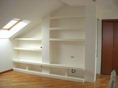 Un'altra possibilità è quella di realizzare scaffali in cartongesso per creare una libreria su misura e il vano per la TV.