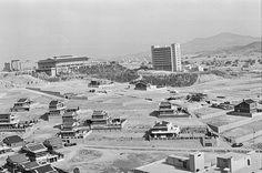 1977년 역삼동.  강남개발로 주택건설이 한창이다. 왼쪽의 기와집 건물은 국기원.