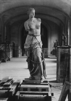 Venus de Milo being evacuated from the Louvre before the German invasion WW2