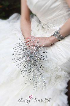 buquê de cristal | Estes produzem um efeito leve e elegante estilo joia, o que proporciona um lindo efeito junto ao vestido.