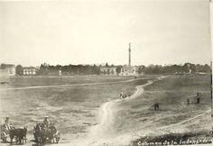 Columna del Ángel de la Independencia en 1910.  Por la perspectiva de la foto,  es probable que haya sido tomada desde lo que hoy es la colonia Juárez y entonces eran solamente terrenos vacíos.
