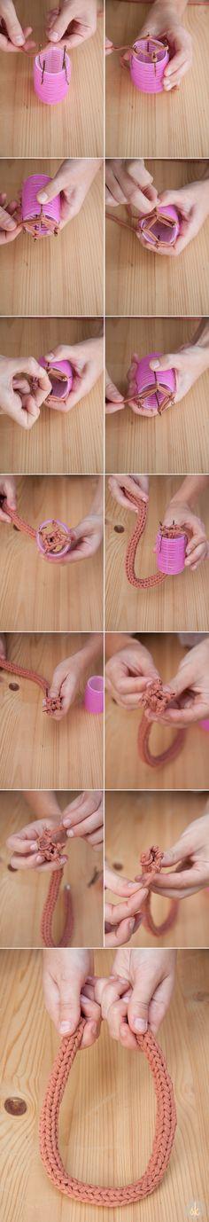 Pasos para tejer un collar de trapillo con un telar casero. Explicado en http://sweetandknit.blogspot.com.es/2014/03/como-hacer-un-collar-de-trapillo-con-un.html