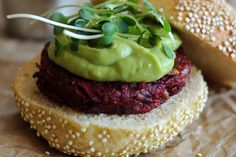 Destemperados - Hambúrguer de beterraba com maionese de abacate