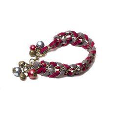 Pulsera confeccionada con gamuza bordó y gris trenzada en cadena bronce, perlas de vidrio y llamadores de ángeles. Largo ajustable.