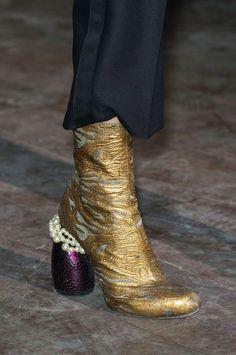 Défilé Dries Van Noten automne-hiver 2016-2017 - Version emperlousée des boots pyhton.