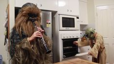 """literal-ghost: """" journeyofthepoet: """" thebestoftumbling: """" When Leia Isn't Home (x) """" This better not get cut out of the new movie. """" I saw the clarinet and thought """"please be what I hope it is"""". Leila Star Wars, Funny Cute, The Funny, Funny Men, Bh Tricks, Funny Jokes, Hilarious, Funny Gifs, Star Wars Humor"""