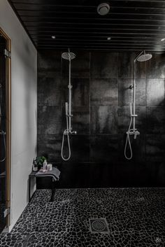 Luonnonkivinen laattalattia kylpyhuoneessa Bathroom Spa, Bathroom Toilets, Laundry In Bathroom, Bathroom Interior, Interior Design Living Room, Interior Decorating, Double Shower Heads, Sauna Design, Cottage Bath