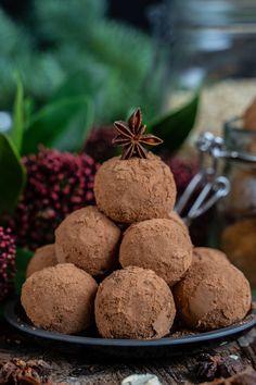 Lebkuchen Bliss Balls - Gesunde Proteinbällchen Rezept Mrs Flury Gesunde Pralinen Lebkuchen Pralinen, Energiekugeln, Trüffel, ohne Zucker, zuckerfrei, gesund backen, gesunde Rezepte, Kugeln, Bällchen, Energie Bällchen, Blissballs einfach, eat good food vegane Weihnachten, ohne Backen #eatgoodfood #lebkuchen #blissballs #vegan #pralinen #mrsflury Vegan Sweets, Vegan Snacks, Bliss Balls, Comfort Food, Energy Bites, Muesli, Eat Cake, Cravings, Bakery