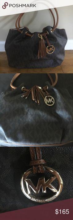Michael Kors Jet Set Shoulder Bag Beautiful bag! Signature style print Michael Kors. Mock drawstring opening has magnetic closure. 10 inch strap drop. No scratches. Excellent condition. Michael Kors Bags Shoulder Bags