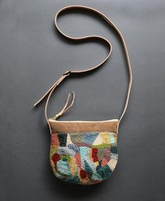 here's a bag I made using up remnant yarn ✨👌🏼I want to make more, I'm going to have an update soon with the punch needle pieces - this bag is wide, a good size for your essentials and the back side is waxed canvas 😄 I can't wait to make Punch Needle Patterns, Art Bag, Linen Bag, Penny Rugs, Diy Embroidery, Punch Art, Linocut Prints, Rug Hooking, Weaving