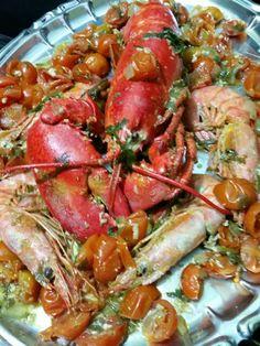 Astice, gamberoni e pomodorini ciliegino.