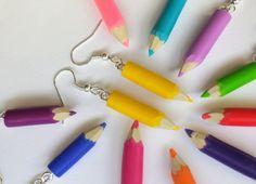 crayon de couleur jaune en boucles d oreille ecole par fimorelie